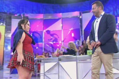 Chiqui, la nueva estrella de 'Sálvame', nos enseña las bragas en directo para acto seguido ponerse a llorar