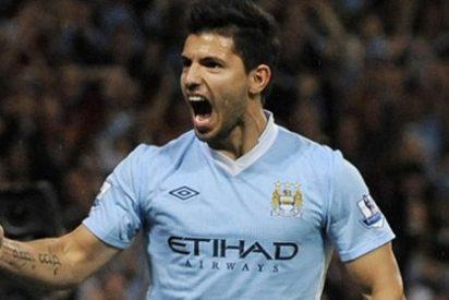 Agüero firma tres goles y pone al City, junto al United, líder de la Premier