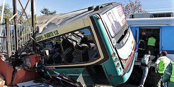 El tremendo choque de dos trenes y un autobús en Buenos Aires