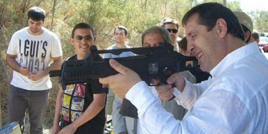Un consejero 'al asalto' con fusil en mano