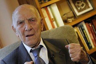 El 'rico rebelde' Hessel pide el voto para el PSOE
