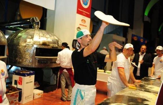 pizzero haciendo masa de pizza