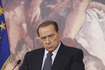 Pillan a Berlusconi mirando el trasero de la primera ministra danesa