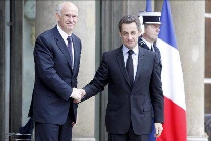 """Sarkozy asegura a Papandréu que """"no es posible dejar caer"""" a Grecia"""