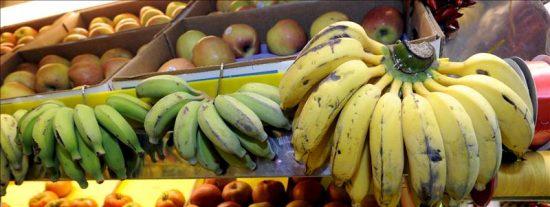 El plátano canario se sigue abaratando, mientras limones y naranjas suben