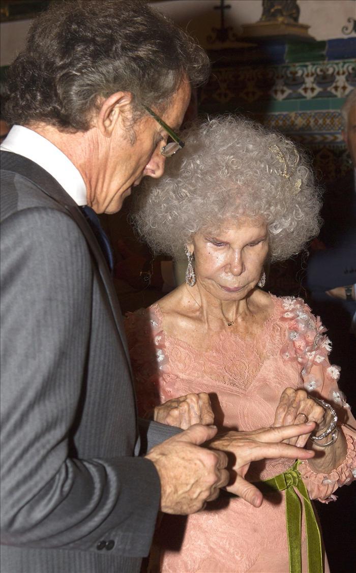 """La duquesa de Alba, """"muy feliz"""" tras contraer matrimonio con Alfonso Díez"""