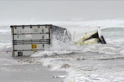 Un contenedor con una sustancia explosiva cae del barco naufragado en Nueva Zelanda