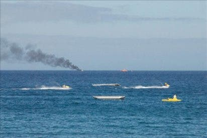 Rescatan a 27 personas tras hundirse un barco turístico en Gran Canaria