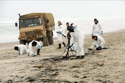 Miles de voluntarios limpian el vertido de crudo en el norte de Nueva Zelanda