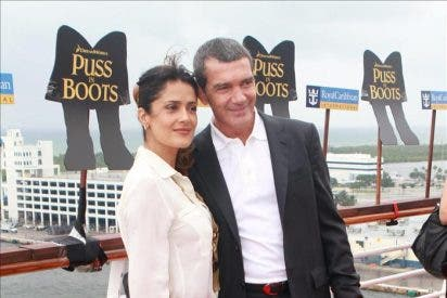 """Antonio Banderas y Salma Hayek, a bordo de un enorme crucero con """"Puss in Boots"""""""
