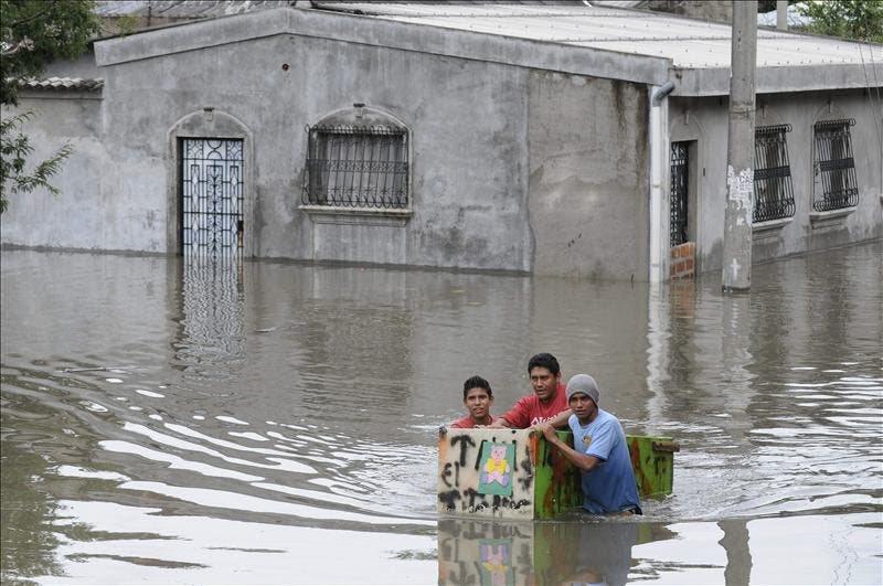 Funes confirma 32 muertos y más de 20.000 evacuados por las lluvias en El Salvador