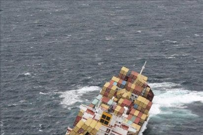 Expertos suben al carguero que naufragó en Nueva Zelanda para extraer fuel