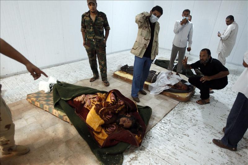 Gadafi ha sido enterrado al alba en el desierto libio