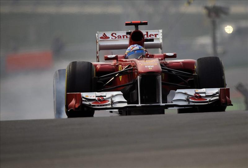 Hamilton domina los primeros libres en la India y Alonso para tras 4 vueltas