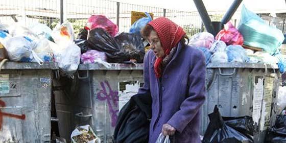 La prima del millonario Onassis que vive escarbando en la basura