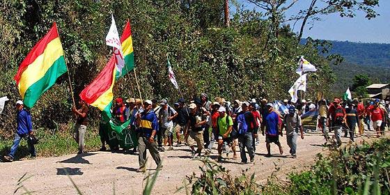 Los indígenas bolivianos reanudan la marcha contra el 'genocida' Morales