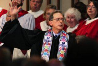 La Iglesia presbiteriana ordena a su primer ministro homosexual