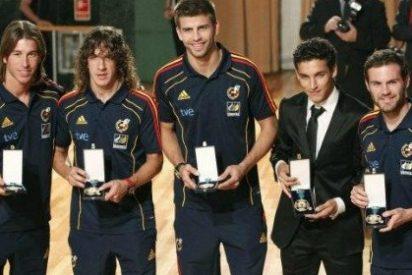 La selección española de fútbol se presenta tarde, en chándal y se va antes de finalizar el acto