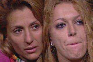 Baño de espuma muy morboso y besos de despedida entre Nagore y Sofía Cristo en 'Acorralados'