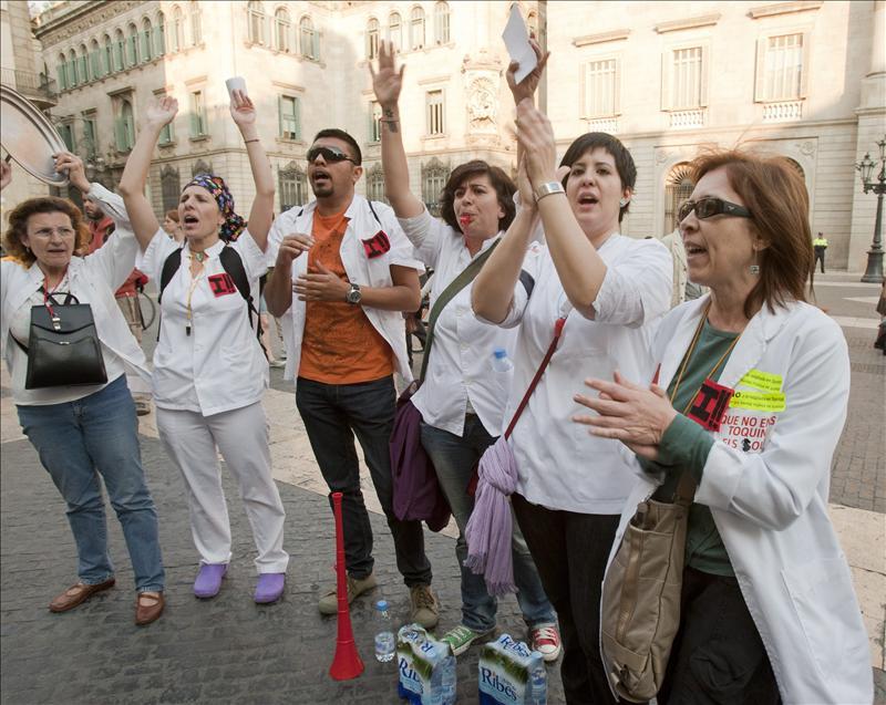 Un millar de sanitarios reclaman a cardenal Sistach que se pronuncie sobre los recortes