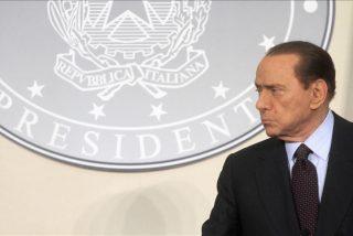 """Berlusconi escribe en un folio """"entrego mi dimisión"""""""