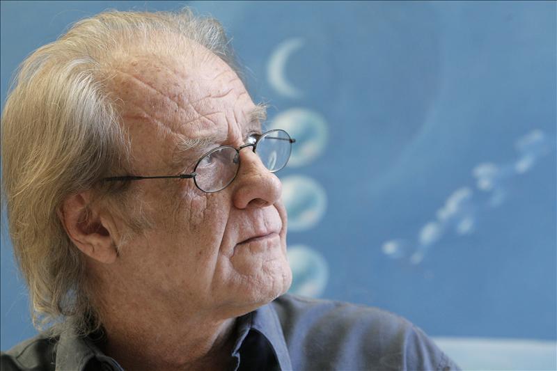 """Luis Eduardo Aute publica su libro ilustrado """"El Giraluna"""""""