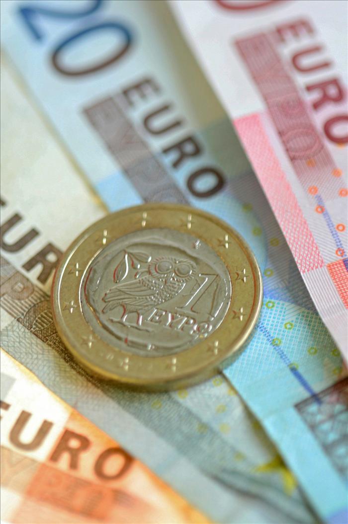 El euro logra superar la barrera de los 1,35 dólares