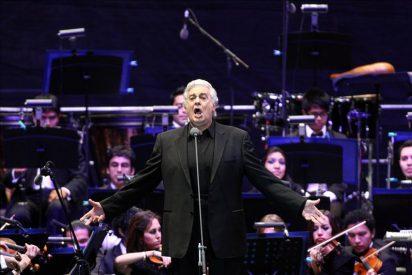 Plácido Domingo exhibe su lado más mexicano en un multitudinario concierto