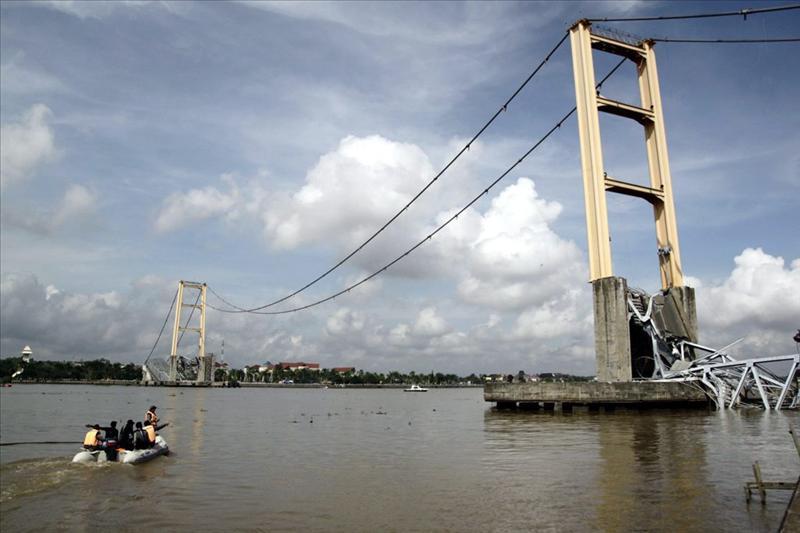 Cuatro muertos al hundirse un puente en el norte de Indonesia