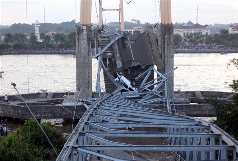 Elevan a 11 los muertos por el puente hundido en Indonesia
