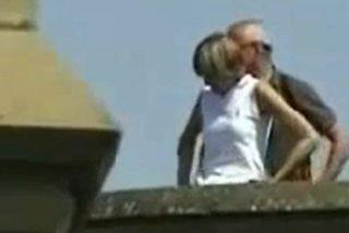 Una turista británica cae del balcón donde practicaba sexo