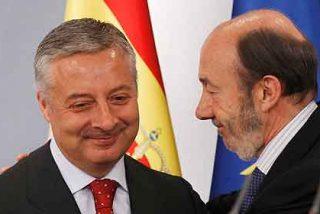 Rubalcaba pone la mano en el fuego por Blanco 'el de la gasolinera'