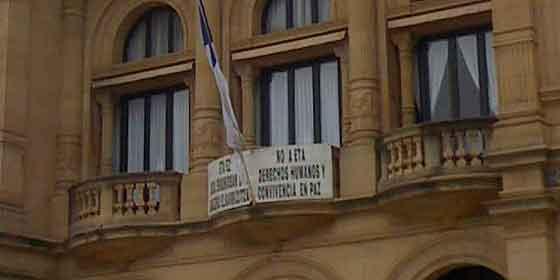 """Bildu retira del Ayuntamiento de San Sebastián el cartel de """"No a ETA"""""""
