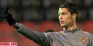 Cristiano Ronaldo responde con peinetas al láser y los gritos de ¡Messi, Messi!