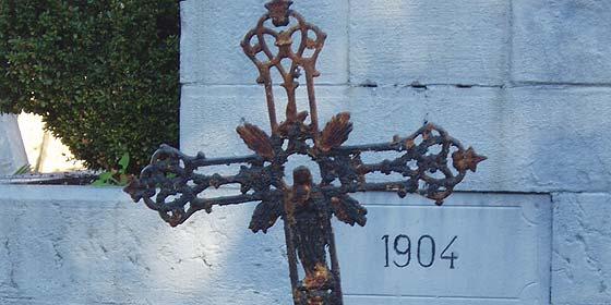 Cuatro detenidos por robar crucifijos en tumbas del cementerio