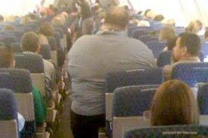 Viaja 7 horas de pie en un avión porque el de al lado era gordo