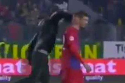 Un hincha tumba de un puñetazo a un jugador del Steaua en pleno partido