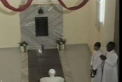 Papa visita Ouidah, centro del vudú y donde embarcaban los esclavos a América
