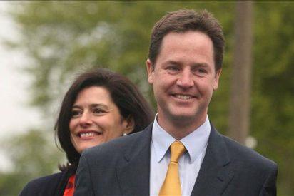 """Clegg se declara """"amargamente decepcionado"""" con Cameron"""