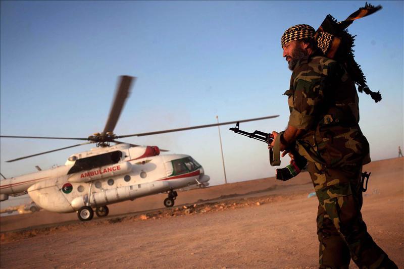 Más de 2.000 rebeldes libios toman al asalto el aeropuerto de Trípoli
