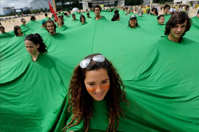 El senado brasileño aprueba el Código Forestal al que se oponen ecologistas