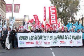 Miles de funcionarios se manifiestan contra las medidas de Cospedal