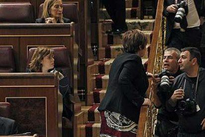 La popular Celia Villalobos reprende a unos fotógrafos en el Congreso