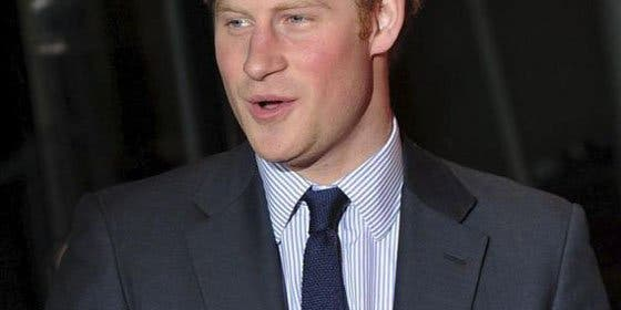 El príncipe Enrique, primer miembro de la realeza británica en una comisaría