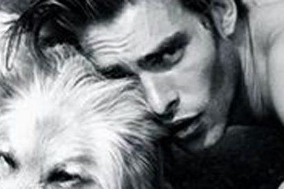 El atractivo modelo español que manda una felicitación junto a su perro