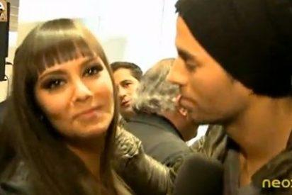 Momentazo de Cristina Pedroche ('Otra Movida') negándole un beso a un pesadísimo Enrique Iglesias
