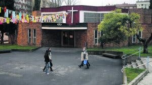En la puerta de una iglesia, sola y con miedo