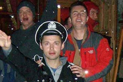 Un diputado 'tory', expulsado por fotografiarse con uno disfrazado de nazi