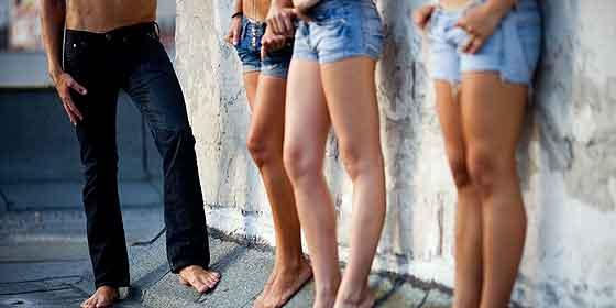Cede por contrato a sus dos hijas para ser prostituidas en España