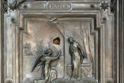 Un vándalo daña las puertas de la basílica romana de Santa María la Mayor